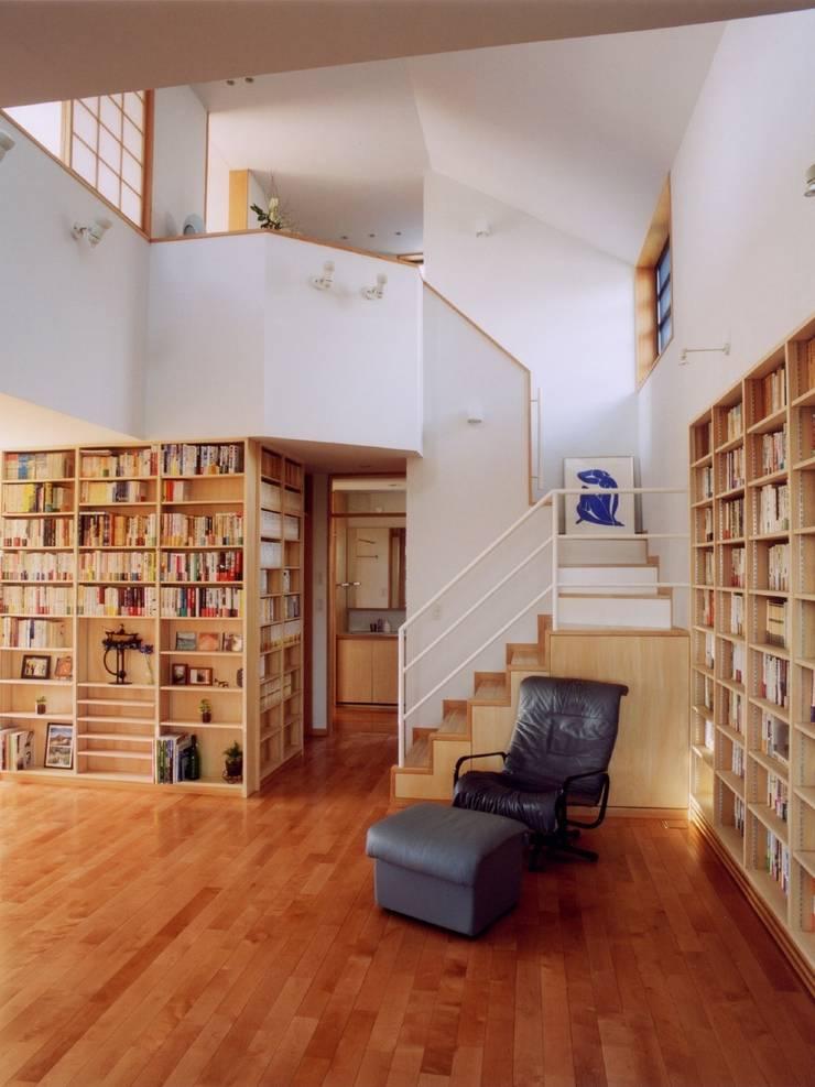 本棚に囲まれた一室空間の家: 一級建築士事務所 株式会社 空間スタジオが手掛けた廊下 & 玄関です。