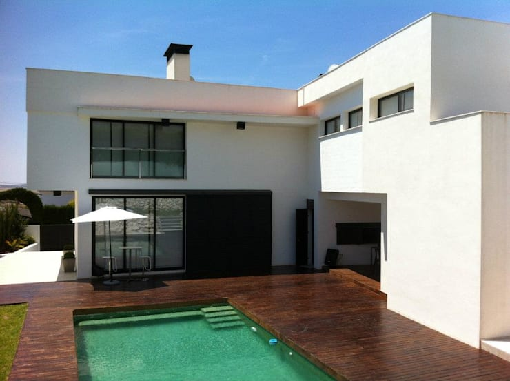 Vivienda Julio Galio, 13: Piscinas de estilo  de Soluziona Arquitectura
