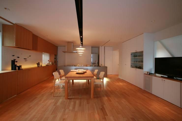 山の根の住宅: アーキグラフデザインが手掛けたダイニングです。