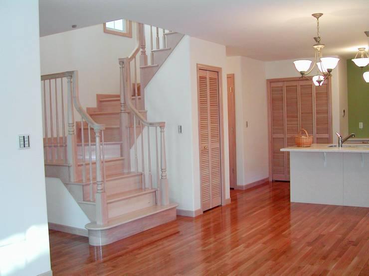 Y様邸 カントリースタイルの 玄関&廊下&階段 の 有限会社アール・シー建築事務所 カントリー