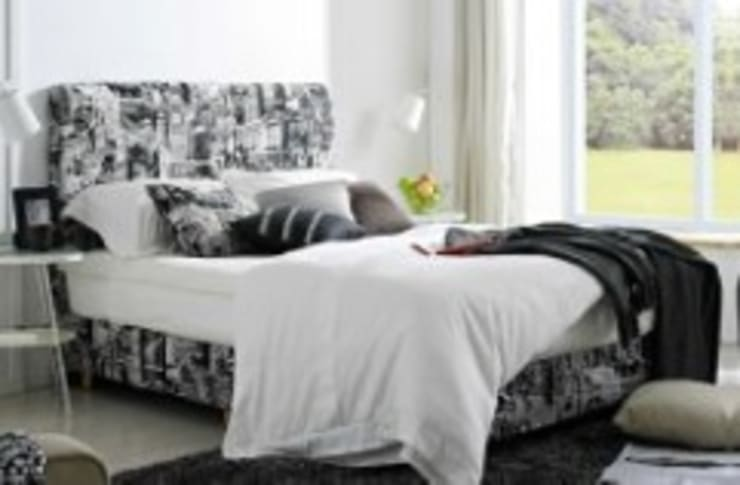 Gllamor black & white bed:  Bedroom by Gllamor