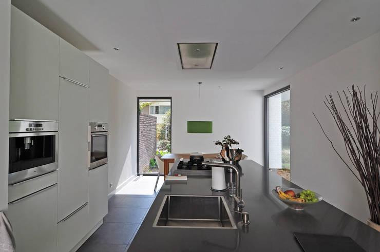 keuken na restyle:   door Duoplan Doetinchem Architecten