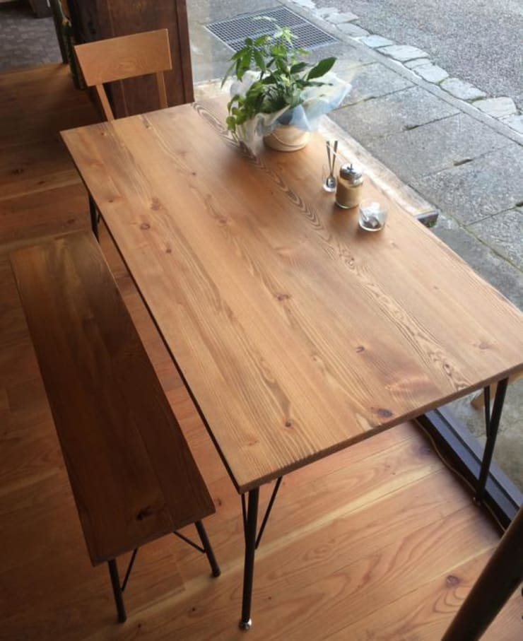 ダイニングテーブル: design studio Katachi が手掛けたダイニングルームです。