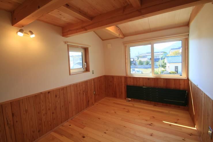 Nanhouse: (有)ガンバ建築設計が手掛けた寝室です。,