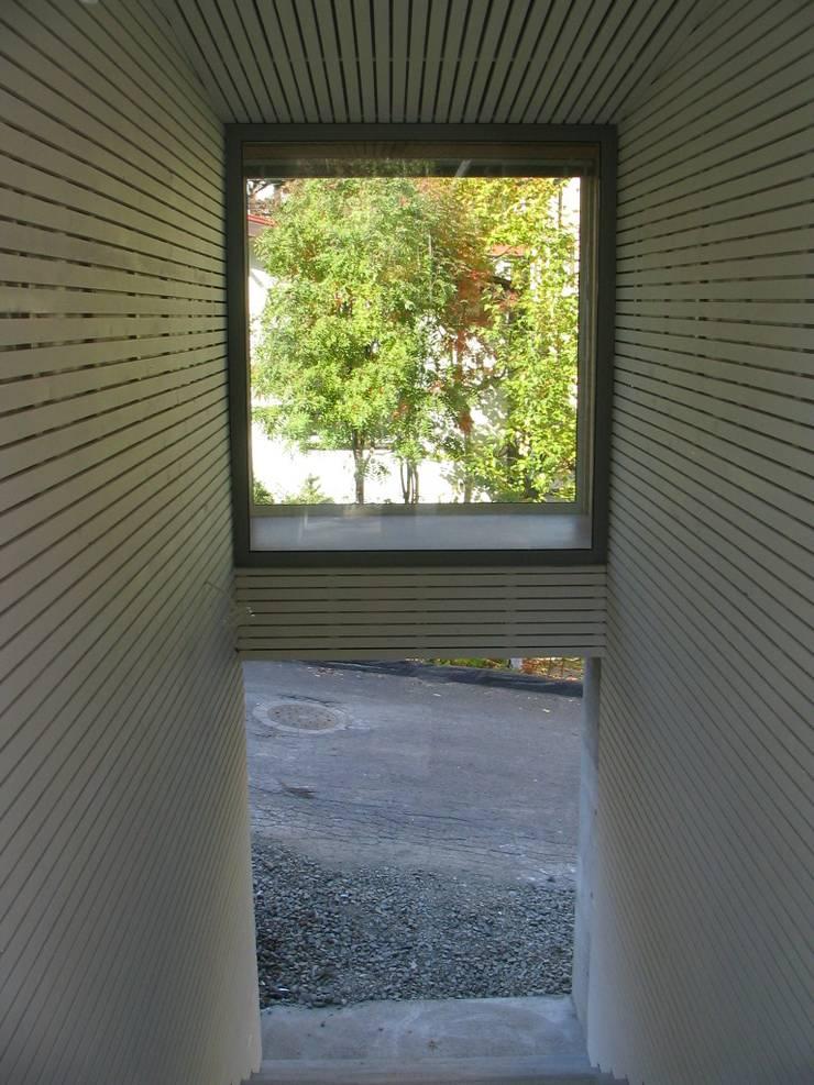 玄関ホワイエ: ホリゾン アーキテクツが手掛けた家です。,