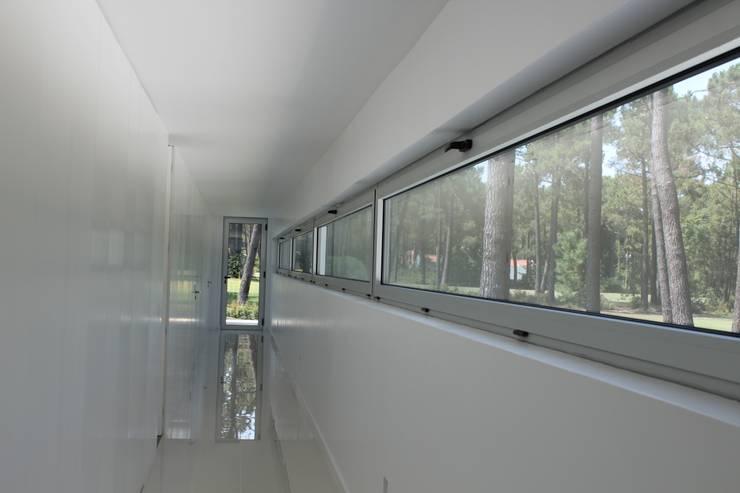 Corridor & hallway by Miguel Ferreira Arquitectos, Modern