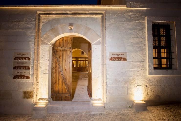 Kayakapi Premium Caves - Cappadocia – Kuşçular Konağı Öncesi Ve Sonrası: rustik tarz tarz Evler