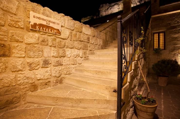 Kayakapi Premium Caves - Cappadocia – Kunduracı Mehmet evi Öncesi ve Sonrası:  tarz Koridor ve Hol
