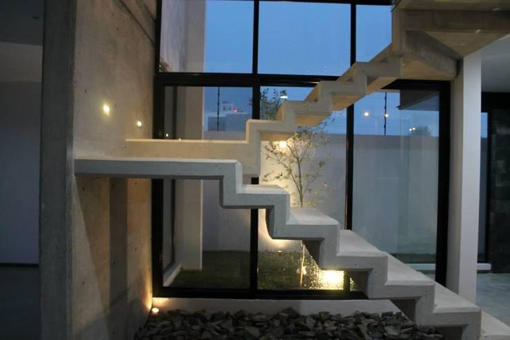 CASA VI: Pasillos y recibidores de estilo  por MORO TALLER DE ARQUITECTURA