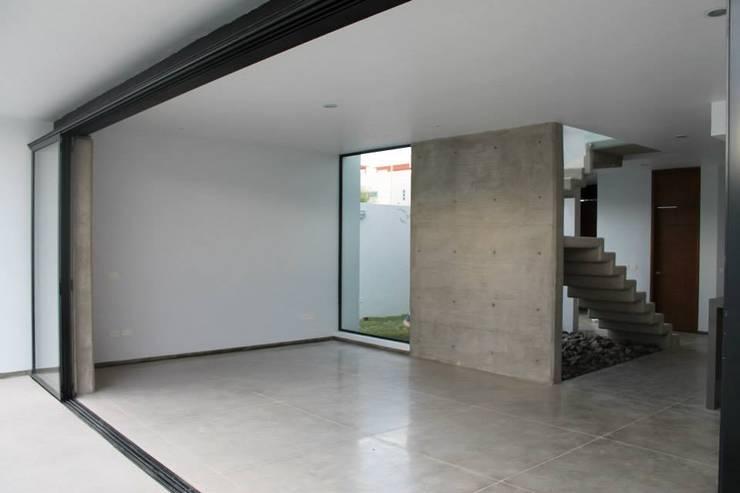 CASA VI: Salas de estilo  por MORO TALLER DE ARQUITECTURA