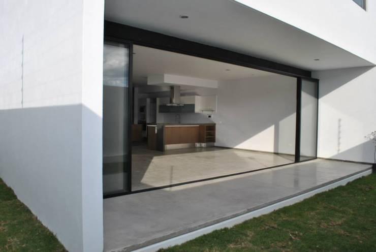 CASA VI: Jardines de estilo  por MORO TALLER DE ARQUITECTURA
