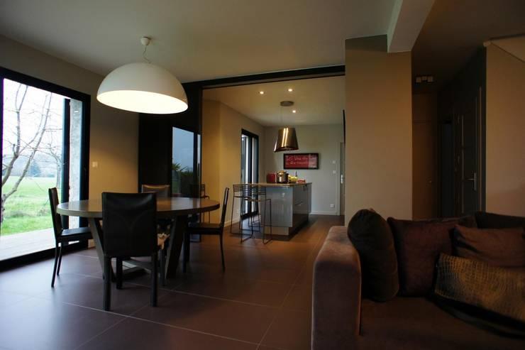 Exemples de realisations: Salle à manger de style de style Moderne par Monts-et-merveilles