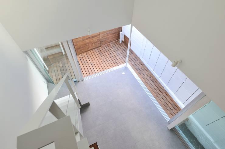 鳴滝の住居: carve.建築設計が手掛けたベランダです。