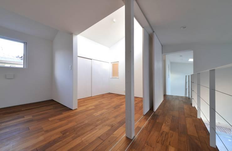 鳴滝の住居: carve.建築設計が手掛けた寝室です。