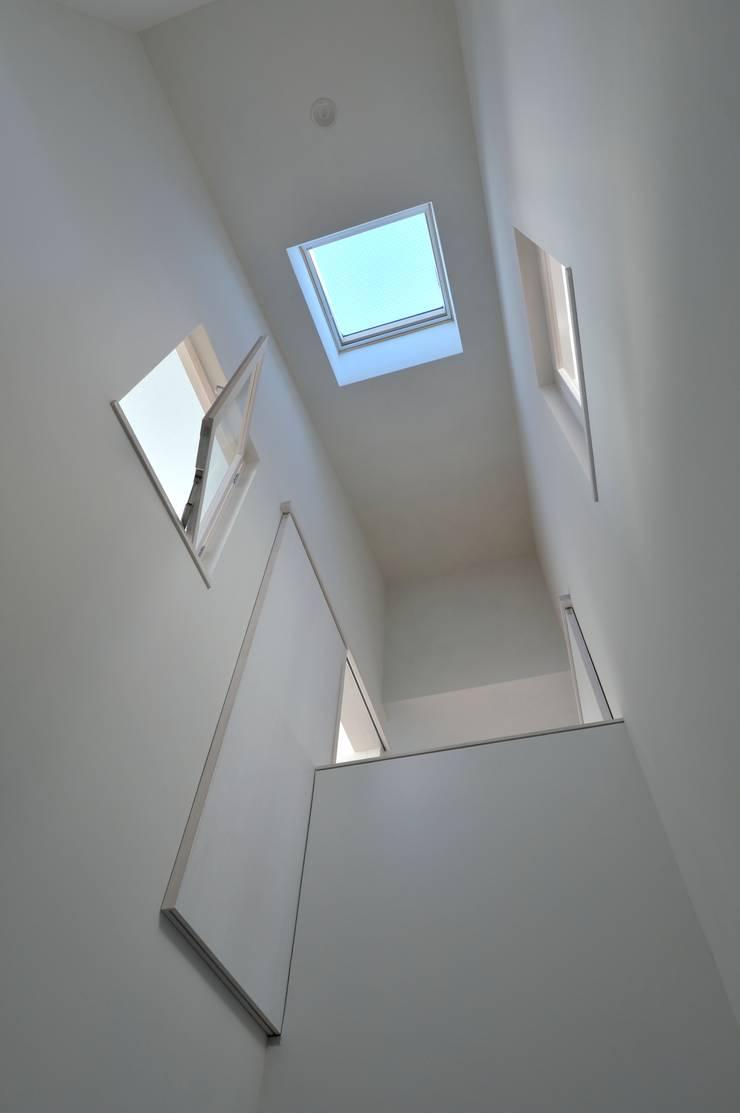 鳴滝の住居: carve.建築設計が手掛けた廊下 & 玄関です。