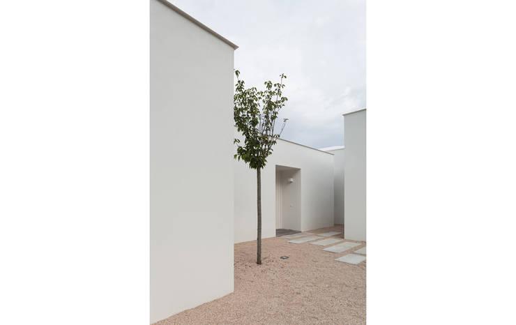 Casa Belas: Casas clássicas por Construir Habitar Pensar Arquitectos