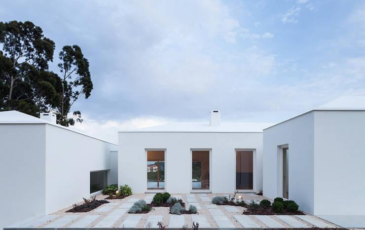 Casa Belas: Casas  por Construir Habitar Pensar Arquitectos