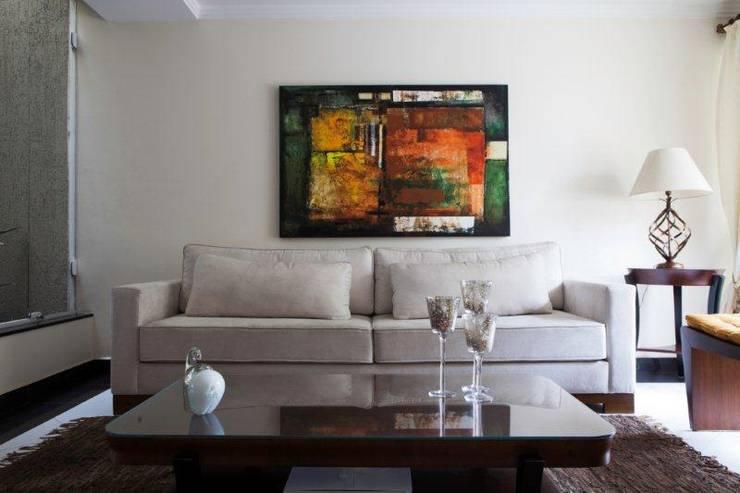 Interiores: Salas de estar  por  ERIKA ROSSI ARQUITETURA E INTERIORES,Clássico