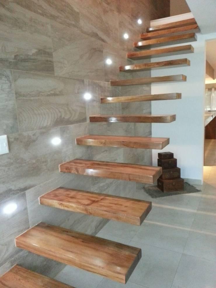 Escalera empotrada Pasillos, vestíbulos y escaleras modernos de Estudio A+I Moderno Madera maciza Multicolor