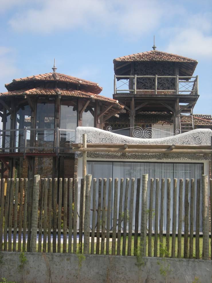 Casa Macaé: Casas ecléticas por Fernando Menezes Arquitetura
