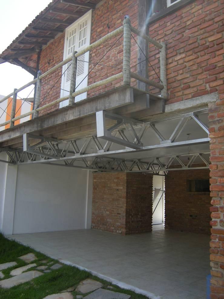 Casa Macaé: Garagens e edículas ecléticas por Fernando Menezes Arquitetura