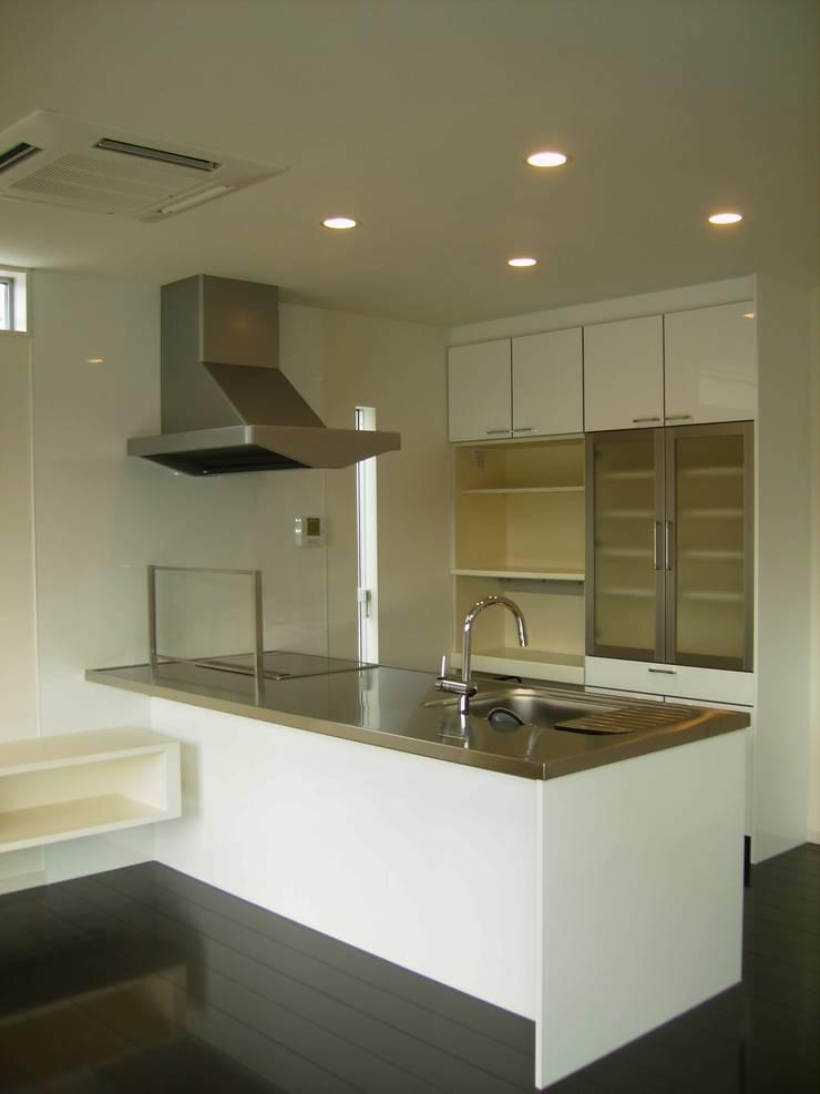 施行事例: mukaiが手掛けたキッチンです。,モダン