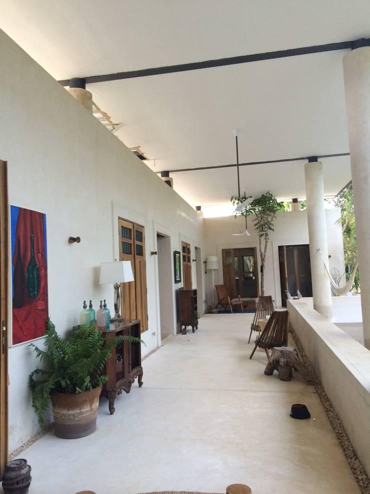 Pasillos y recibidores de estilo  por Degetau Arquitectura y Diseño