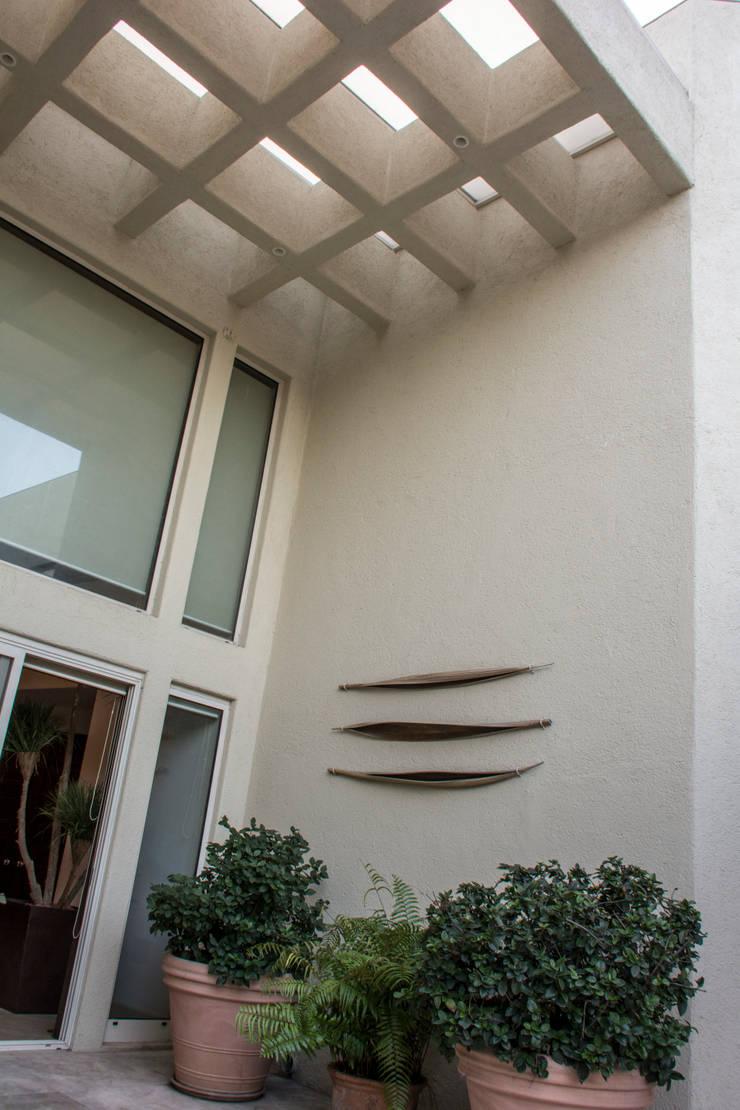 Patio central : Casas de estilo  por CH Proyectos