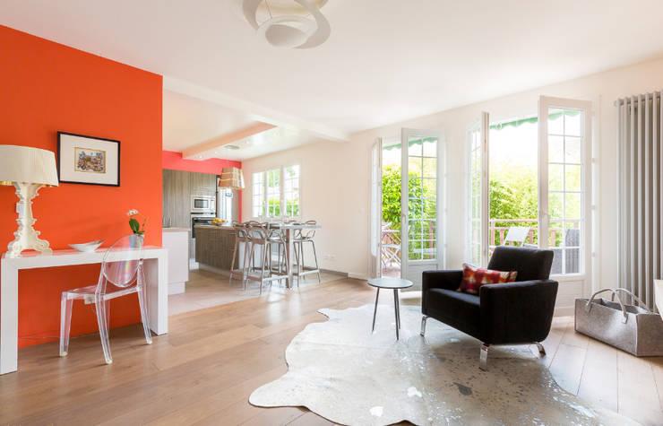 Aménagement et décoration d'une villa région St Germain en Laye: Salon de style  par Katia Rocchia Home Designer