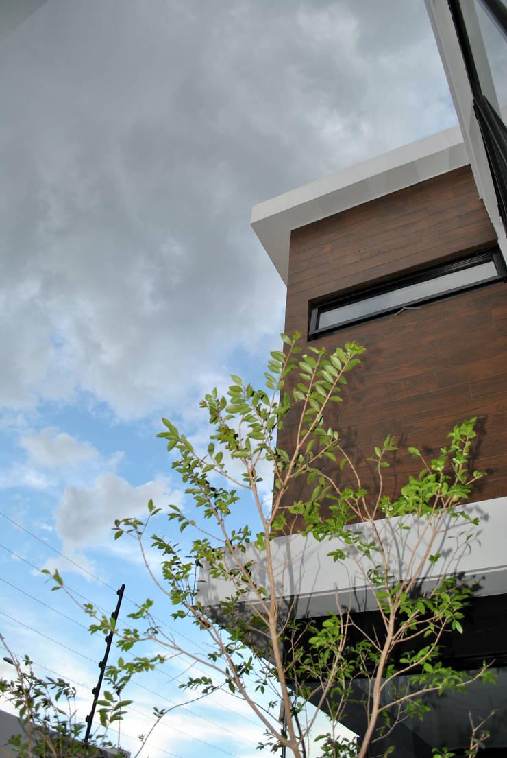 CASA VI: Casas de estilo  por MORO TALLER DE ARQUITECTURA