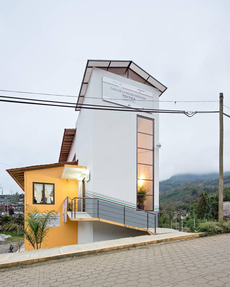 Casa de la mujer indígena 1: Espacios comerciales de estilo  por Komoni Arquitectos