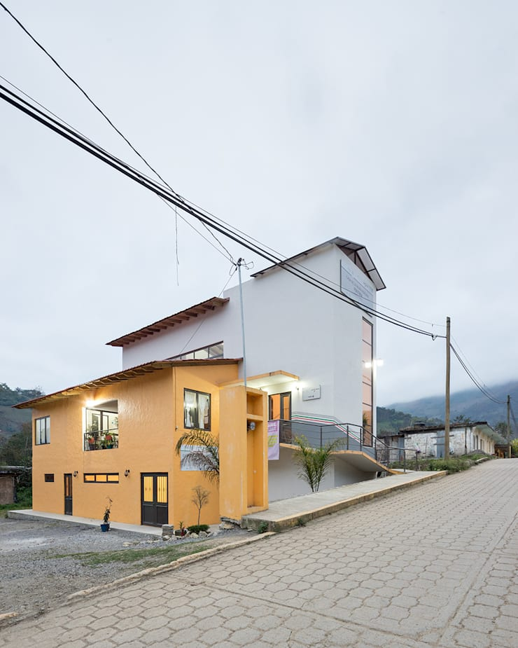 Casa de la mujer indígena 2: Espacios comerciales de estilo  por Komoni Arquitectos