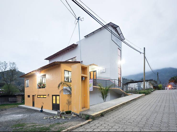 Casa de la mujer indígena 3: Espacios comerciales de estilo  por Komoni Arquitectos