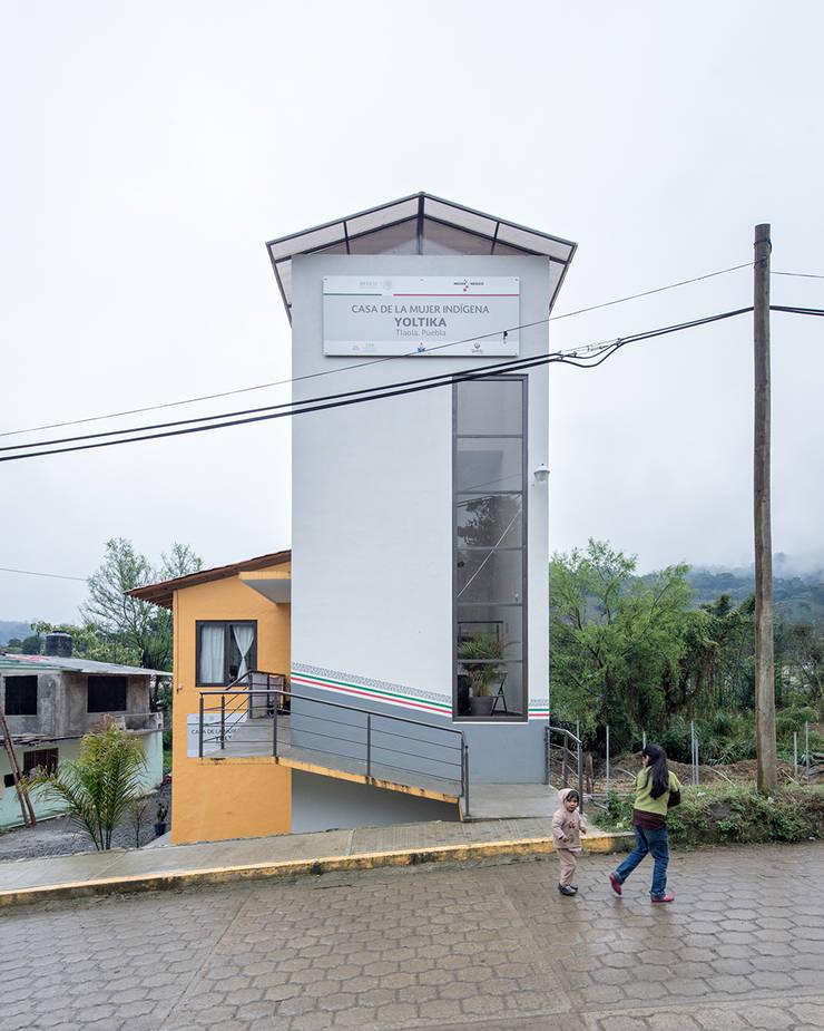 Casa de la mujer indígena 4: Espacios comerciales de estilo  por Komoni Arquitectos