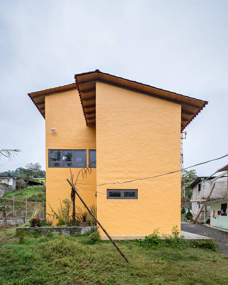 Casa de la mujer indígena 5: Espacios comerciales de estilo  por Komoni Arquitectos