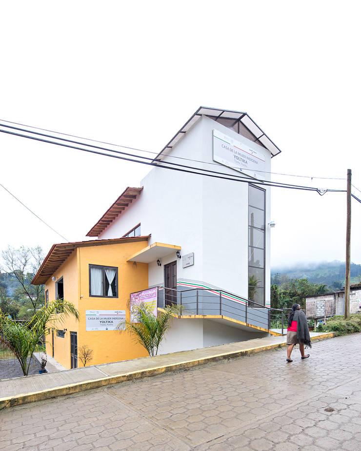 Casa de la mujer indígena 6: Espacios comerciales de estilo  por Komoni Arquitectos