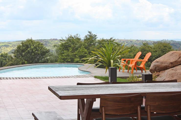 Residência Itupeva: Piscinas tropicais por Zehbra Arquitetos