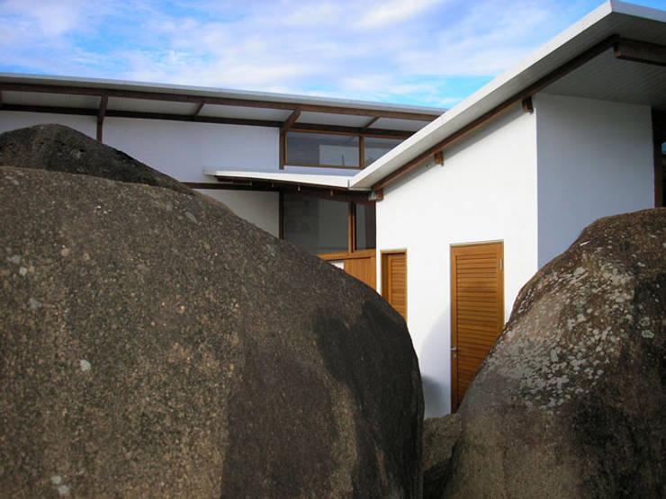 Residência Itupeva: Casas  por Zehbra Arquitetos,Tropical