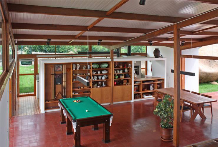 Residência Itupeva: Salas de estar tropicais por Zehbra Arquitetos