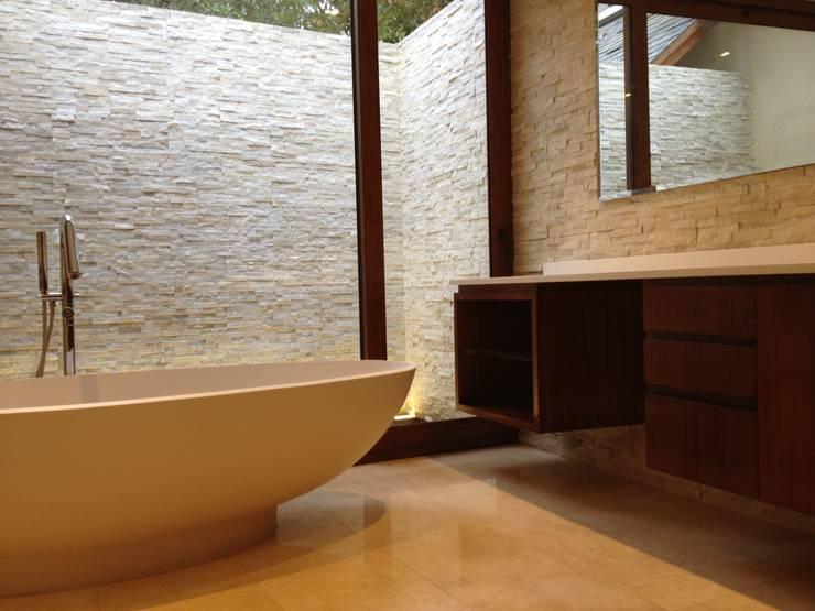 BAÑOS SALAS: Baños de estilo  por CANAL