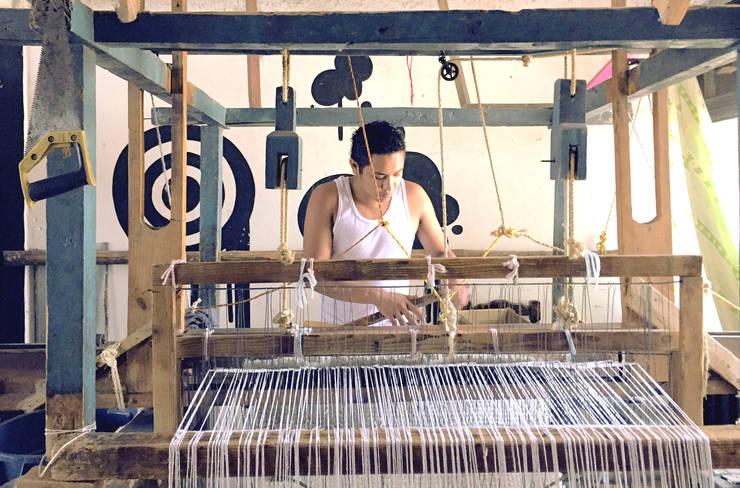 Elton Gonzalez en telar de pedal: Hogar de estilo  por Tapetes Gualupita