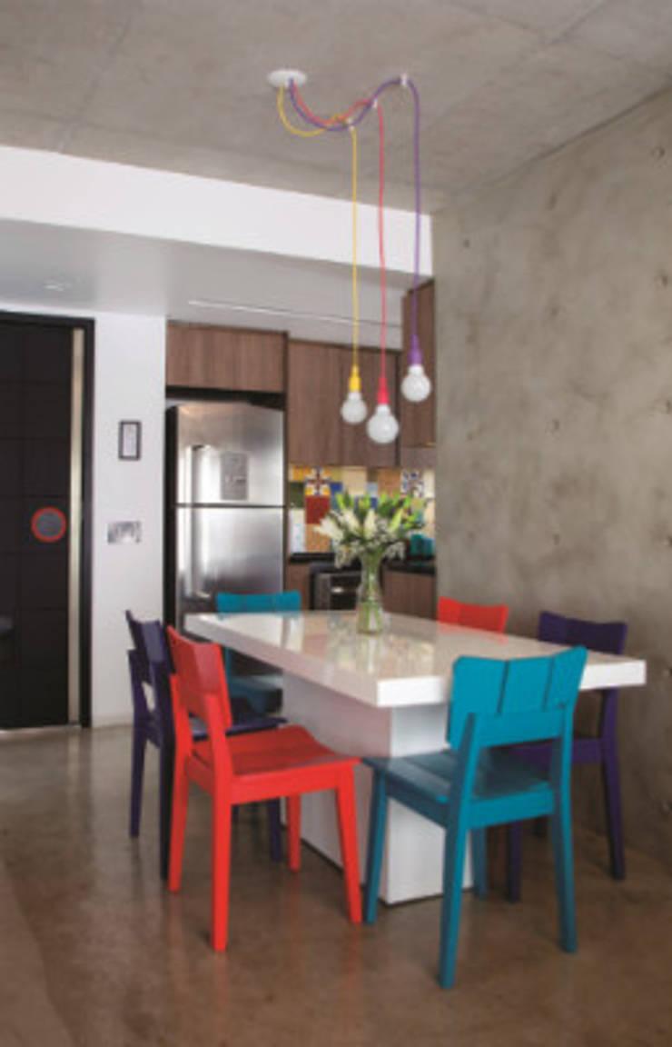 Sala integrada com a cozinha: Salas de jantar  por Lima Orsolini Arquitetura e Interiores