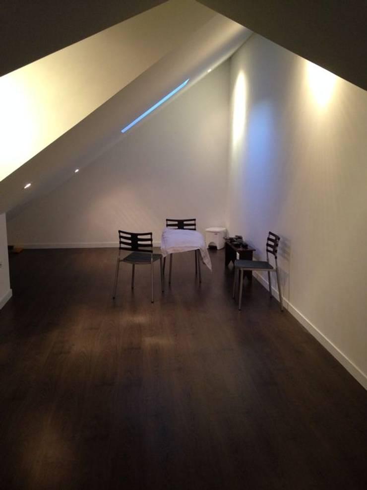 CASA SANCHEZ: Estudios y despachos de estilo moderno por unouno estudio