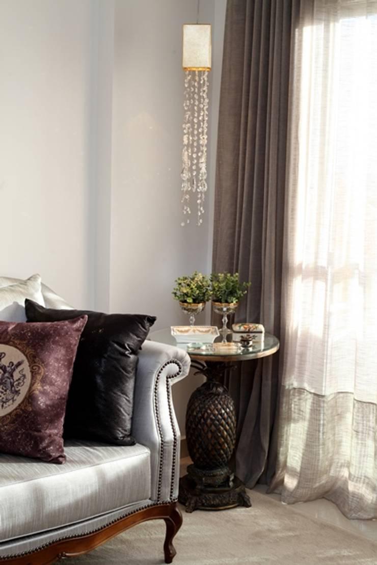 Living room by Arqhome -Arquitetura e Interiores , Classic