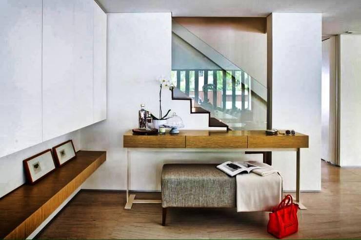 Pasillos y vestíbulos de estilo  por ESPACEA