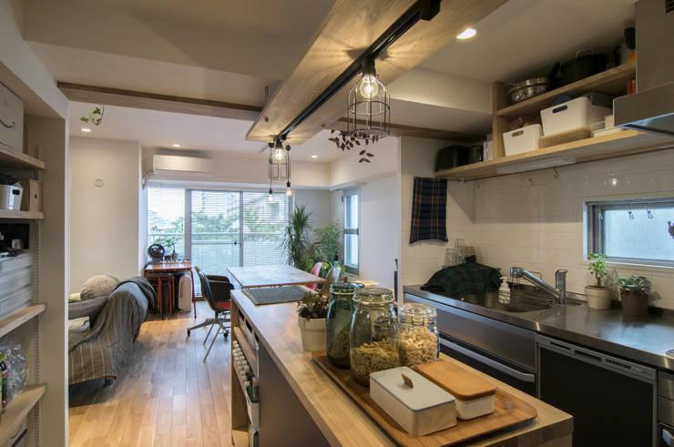 棚の家: 株式会社エキップが手掛けたキッチンです。,