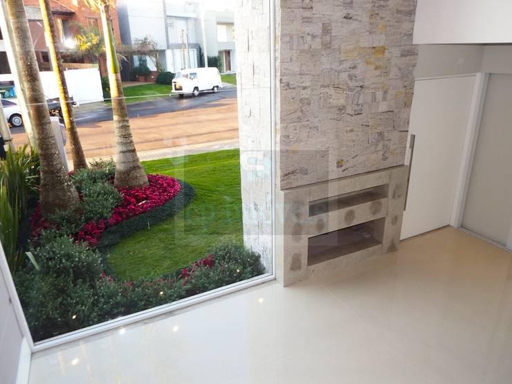 Casa J1: Jardins  por Cipriani Arquitetura e Construção