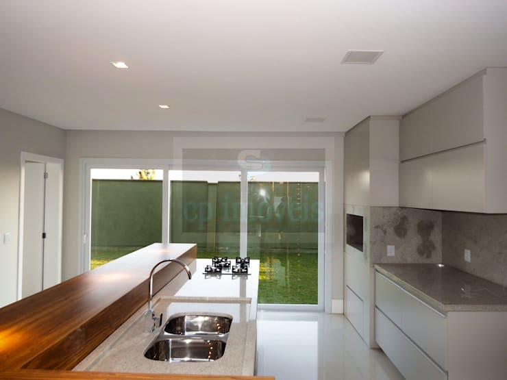 Casa J1: Cozinhas  por Cipriani Arquitetura e Construção