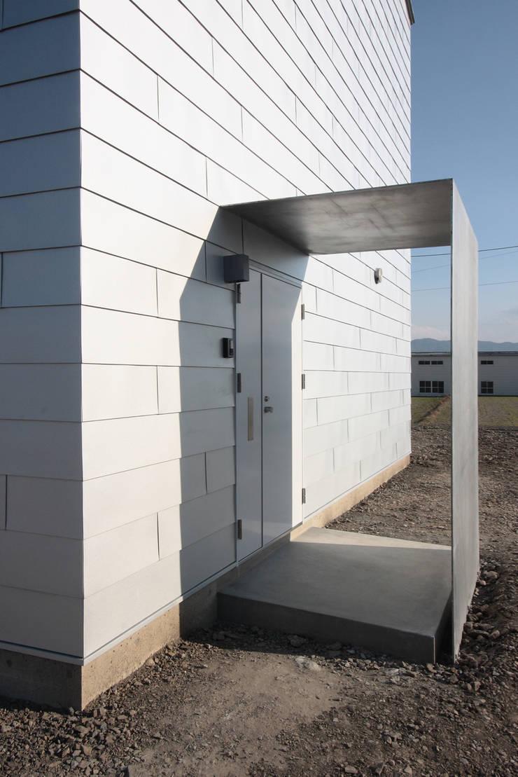 O House: 藤井直也デザイン事務所が手掛けた廊下 & 玄関です。,