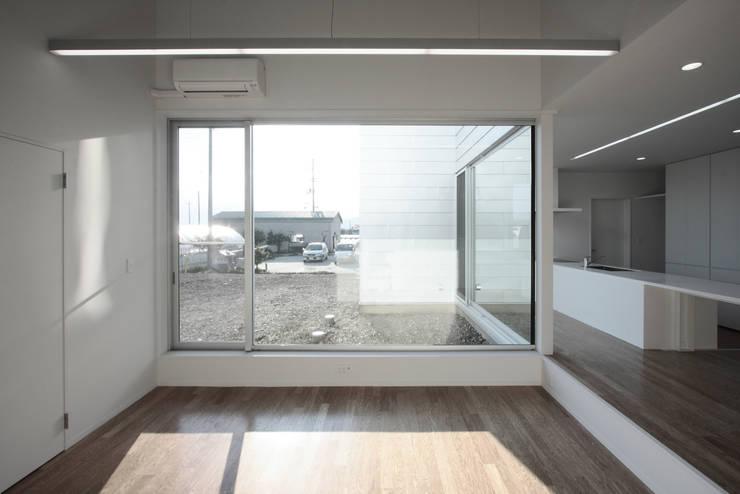 O House: 藤井直也デザイン事務所が手掛けたリビングです。